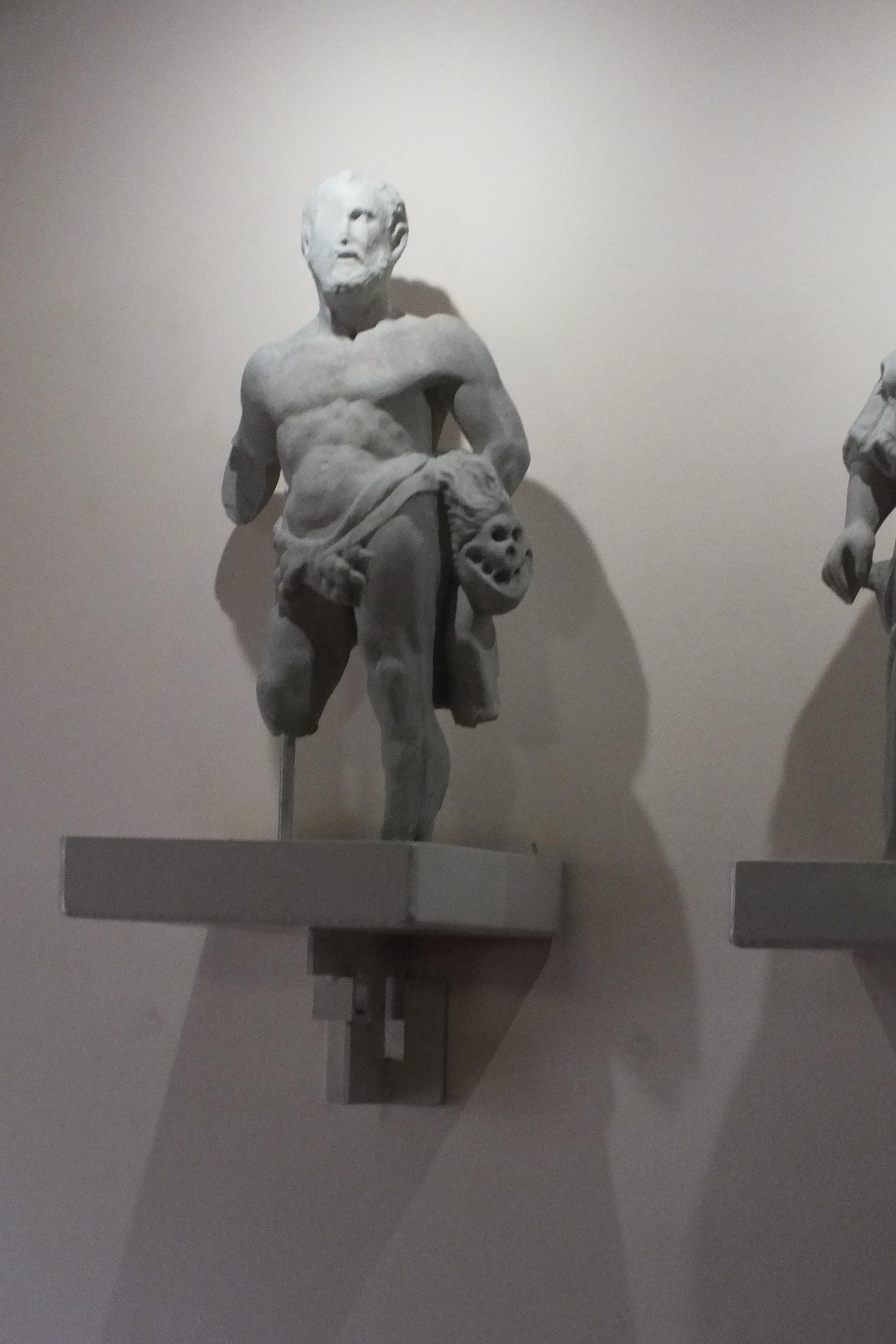 Cinque statue in pietra poste su palazzo Cavriani a Felonica | Felonica (MN)